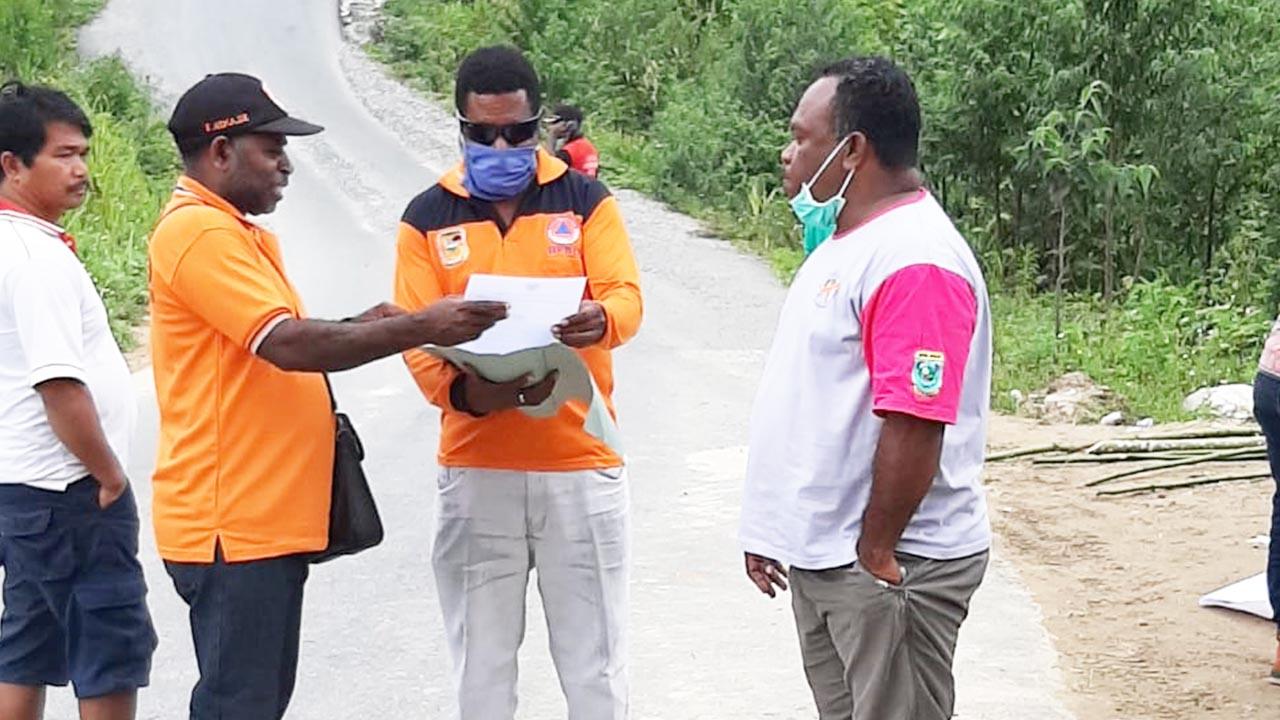 Pemeriksaan Warga yang Memasuki Kabupaten Pegaf oleh Posko Satuan Gugus Tugas Covid-19 Kabupaten Peg