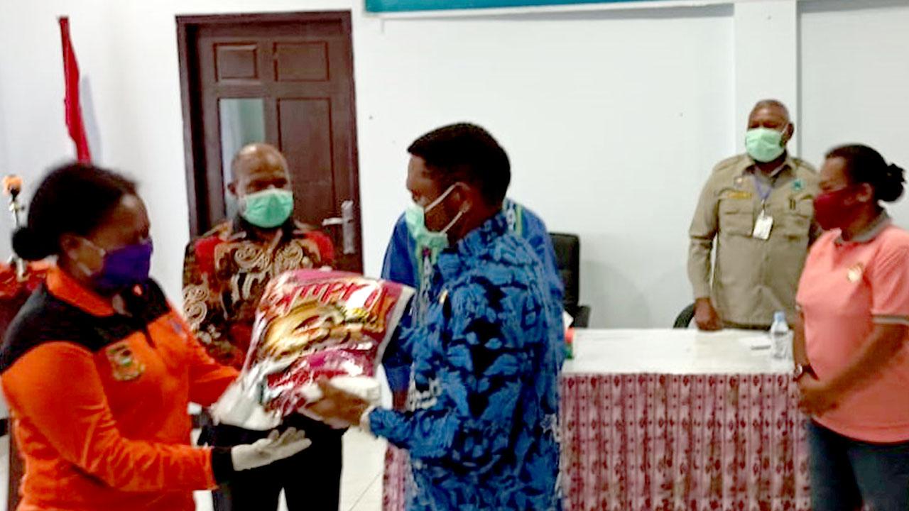 Gubernur Serahkan Bantuan Sembako kepada Masyarakat Pegaf