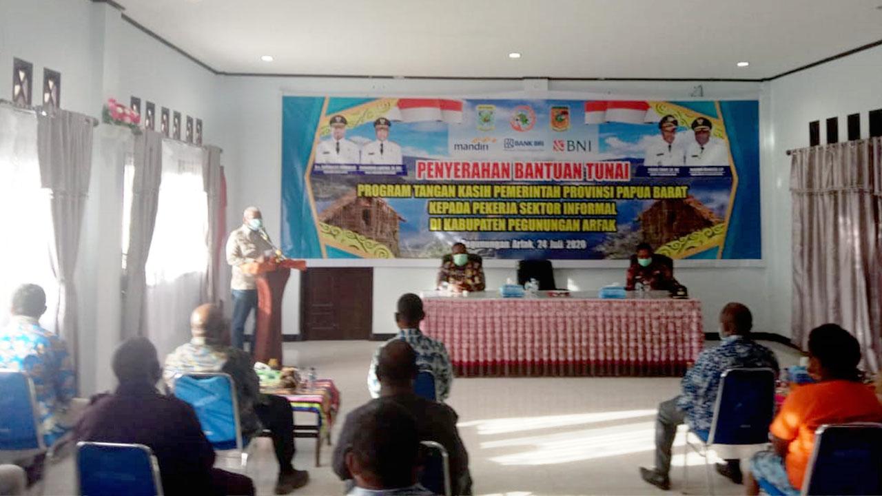 Gubernur Serahkan Bantuan Tunai Program Tangan Kasih kepada 1.248 Orang di Pegaf