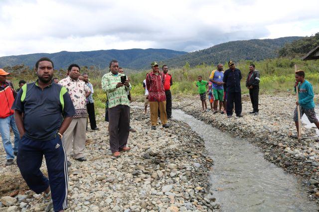 Bupati Pegaf Tinjau Lokasi Banjir di Awigau dan Ubesa