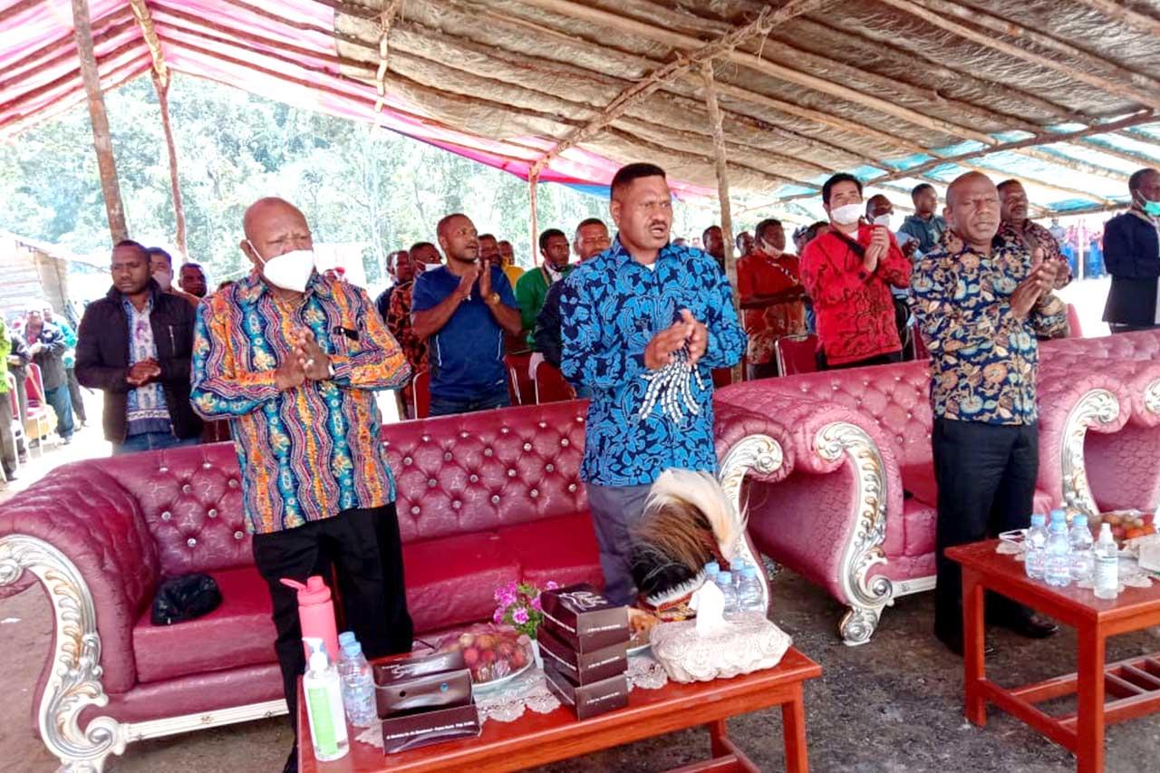 Keluarga Yosias Saroy Gelar Ibadah Syukur di Distrik Hingk